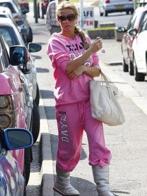 Katie-Price-rosa-jogging-anzug-stiefel